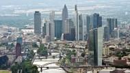 Der Neubau der Europäischen Zentralbank - und dahinter die Banken-Skyline von Frankfurt.