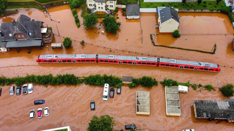 Ein Regionalzug steht im Bahnhof des Ortes im Wasser (Aufnahme mit einer Drohne). Der Strom viel aus und die Bahn blieb am Mittwoch liegen.