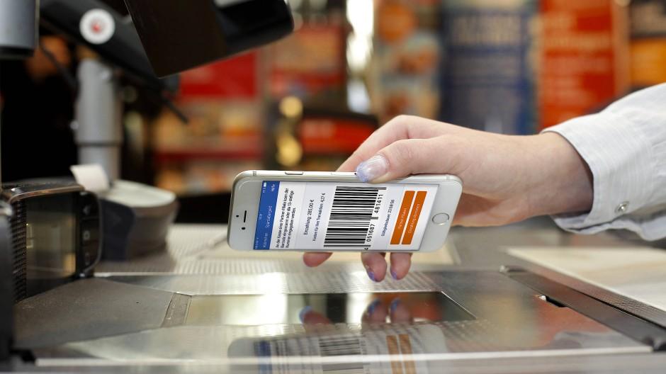 Smartphone statt Filiale: Für das Bankgeschäft werden mobile Kommunikationsgeräte zu einem immer wichtigeren Vertriebskanal.