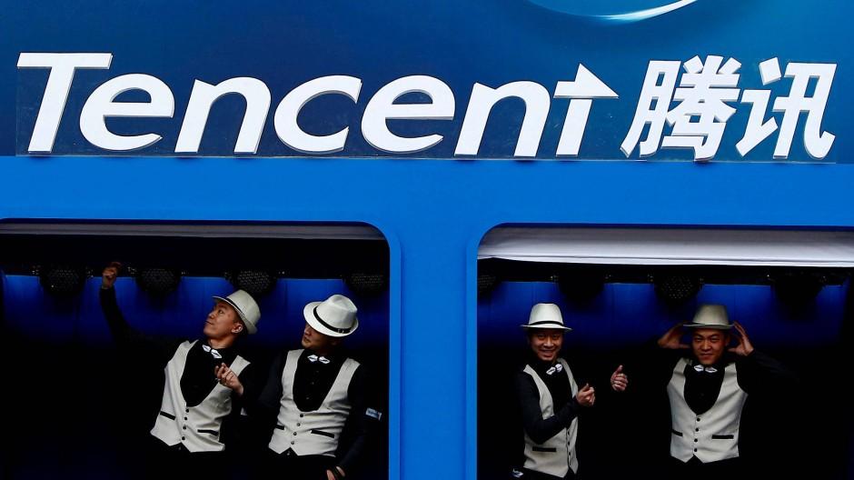 Tänzer unterhalb eines Tencent-Logos.