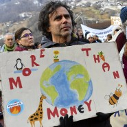 Weniger Emotionalität und mehr Rationalität? Teilnehmer der Demonstration «Winterwanderung Strike WEF» halten Schilder mit Tiermotiven und der Aufschrift «Mehr als Geld» in den Händen.