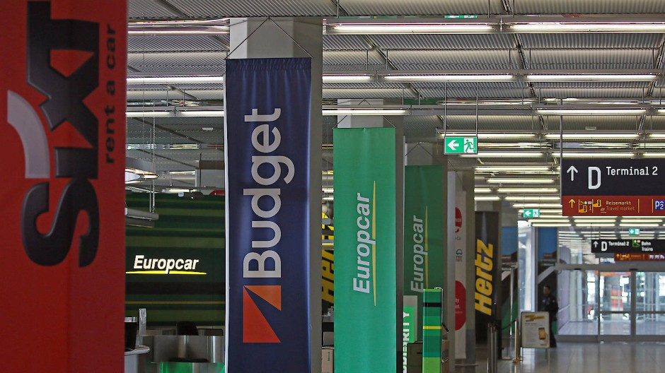 Die Schalter verschiedener Mietwagen-Anbieter sind am Flughafen Köln Bonn leer.