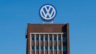 Das Volkswagen-Logo auf dem Hauptsitz in Wolfsburg.