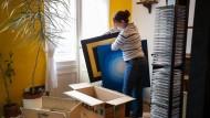 """Ein ganzes Leben in Kisten: Doreen Welke verpackt ihr Bild """"Licht am Ende des Tunnels"""""""
