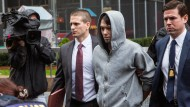 Martin Shkreli wird von Beamten abgeführt.