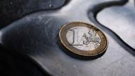Obwohl die Europäische Zentralbank die Märkte mit billigem Geld flutet, schafft sie es nicht, die niedrige Inflation zu vertreiben.