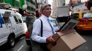 Dieses Bild ging um die Welt: Ein Lehman-Mitarbeiter trägt 2008 seine persönlichen Habseligkeiten aus der Bank.