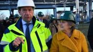 EU-Regionalkommissarin Elisa Ferreira und der Vorstandsvorsitzende der Lausitz Energie Bergbau AG, Helmar Rendez