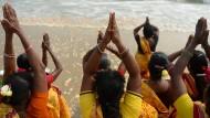 Frauen beten am Pattinapakkam Beach im indischen Chennai.
