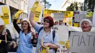 Reinigungskräfte protestieren am Donnerstag in Athen gegen Reformen des Sozialsystems.