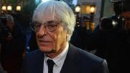 Bernie Ecclestone verlässt das Gericht in London