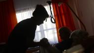 Hohe Dunkelziffer: Ein Großteil der aus Osteuropa kommenden Pflegekräfte arbeitet schwarz, so schätzt es der Verband für häusliche Betreuung und Pflege.