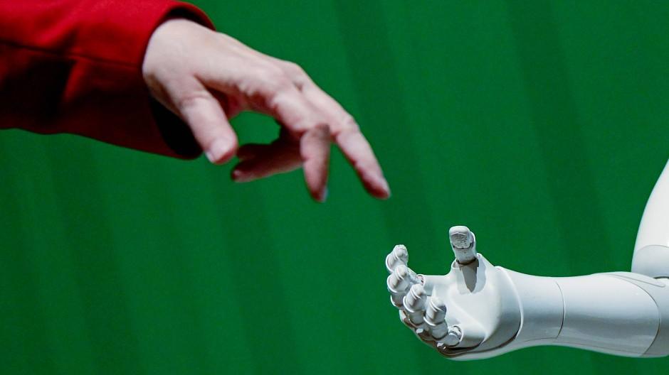Immer öfter Hand in Hand in der Personalarbeit: Mensch und KI