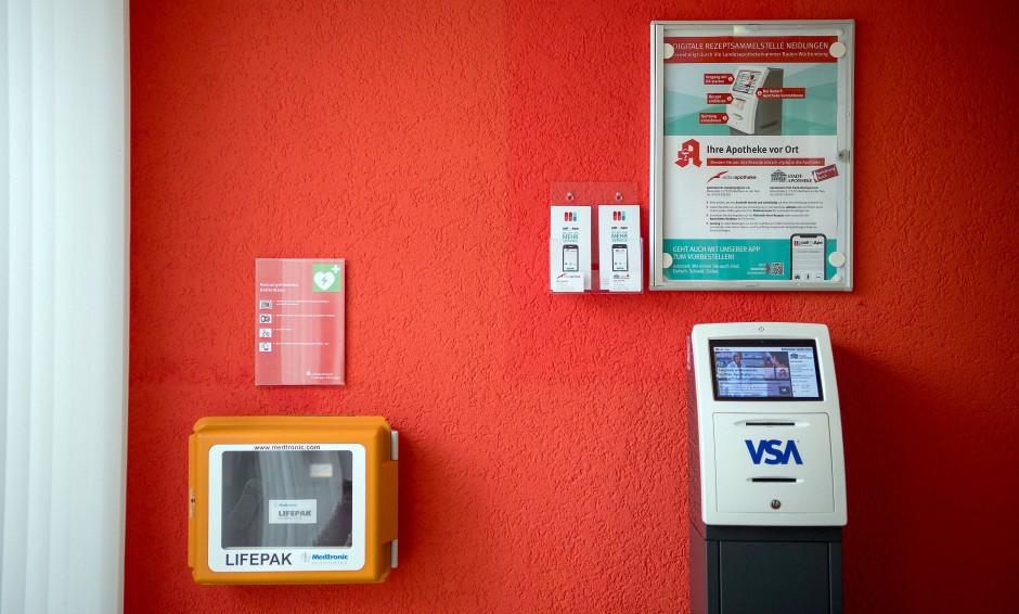 Ihre Apotheke vor Ort in Neidlingen: Die digitale Rezeptsammelstelle (rechts) und ein Notfall-Defibrillator.