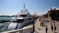 Dicke Yachten, schicke Anzüge: Die superreichen Multimillionäre schleusen die meisten Steuern am Fiskus vorbei.