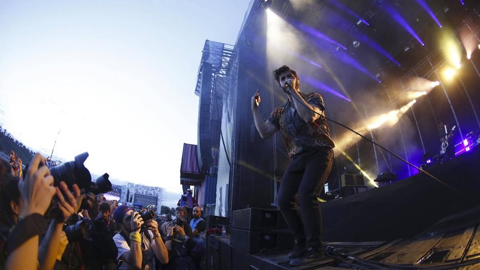 Foals-Sänger Yannis Philippakis 2017 auf dem Mad Cool-Festival in Madrid. Die Band unterstützt die Petition.