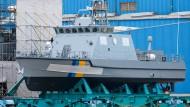 Ein Küstenschutzboot für Saudi-Arabien liegt 2016 auf der Peene-Werft der Lürssen-Gruppe in Wolgast.