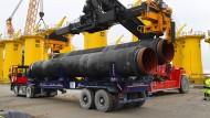Rohre für die Ostsee-Pipeline werden im Hafen Mukran verladen.