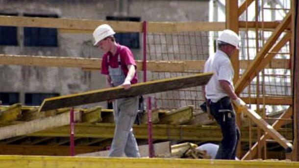 Die Bauarbeitgeber fordern Mehrarbeit und Urlaubskürzung