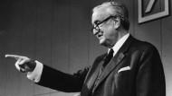 Auch Hermann Josef Abs, Chef der Deutschen Bank, der gleichzeitig in London mit den Alliierten über den Nachlass der deutschen Auslandsschulden verhandelte, zählte zu den Gegnern der Wiedergutmachung.