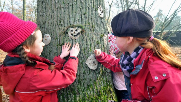 Entdecken, Forschen und Lernen im Frankfurter GrünGürtel- Stadträtin Cornelia-Katrin von Plottnitz präsentiert das Bildungsprogramm und die Klasse 2a der Schule am Hang zeigt ihre Kunstobjekte zum Thema Natur.