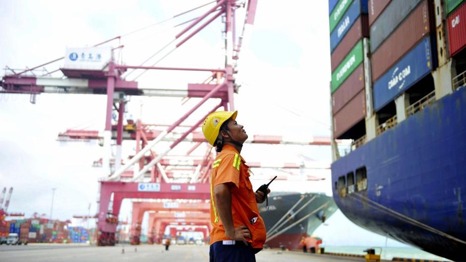 Container werden im Hafen in der chinesischen Stadt Qingdao verladen.