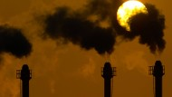 Rauchende Schornsteine - nicht etwa irgendwo in China, sondern in Berlin. Auf dem Klima-Gipfel in Lima ging es auch um Verantwortlichkeiten.