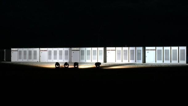 Elon Musk freut sich: Tesla installiert die größte Lithium-Ionen-Batterie der Welt