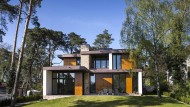 Holz, Porenbeton, Glas, Aluminium und Ziegel - der kluge Einsatz der Materialien, sorgt für ein unverwechselbares Äußeres.