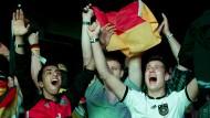 Erst kommt die Freude, dann der Konsum: Die deutschen Fans können feiern.