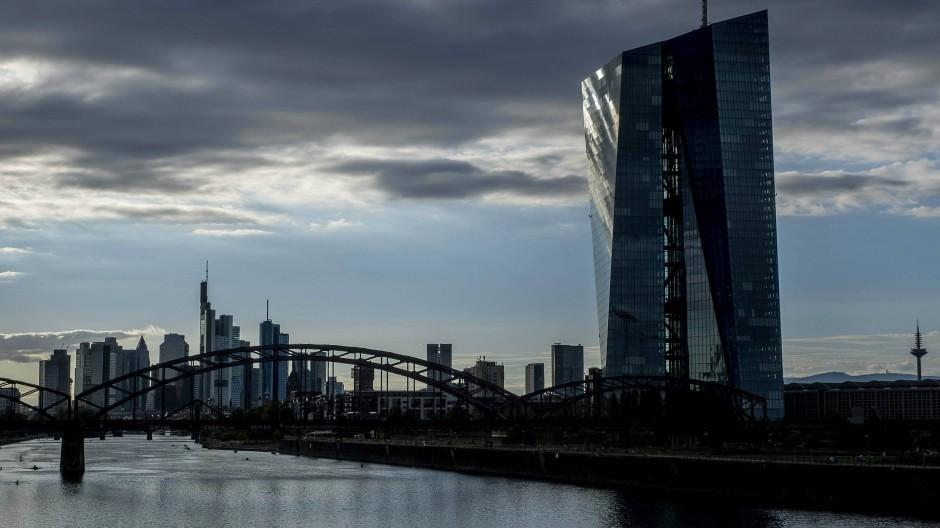EZB-Turm in Frankfurt: Die Aussicht auf die Bankenskyline hat sich verdunkelt.