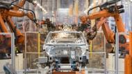 Die Autoindustrie hat entscheidende Auswirkungen auf die Konjunktur Deutschlands. Teile eines VW Passat werden im Volkswagen-Werk Emden zusammengefügt.