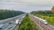 Sollten hier die Netze zwangsgeöffnet werden? Autobahn A9 mit parallel laufender ICE-Strecke.