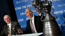 Ab ins All: Amazon-Chef Jeff Bezos (rechts) und Tory Bruno von der ULA zeigen das Triebwerk dazu.