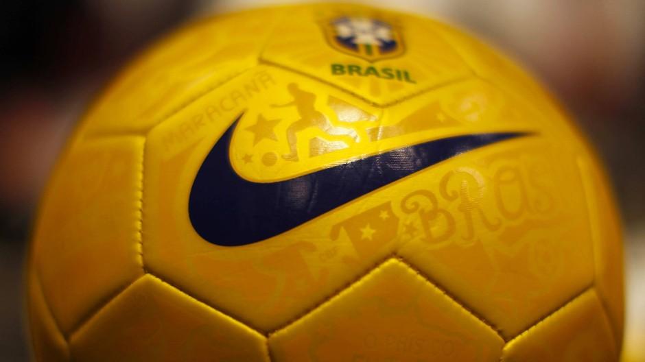Nike-Logo auf einem Fußball