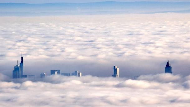 Frankfurter Skyline im Nebel vom Feldberg aus fotografiert