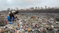 Bild aus Mumbai: Ein Mann sammelt Plastik und andere wiederverwertbare Materialien an der Küste des Indischen Ozeans.