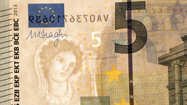 5-Euro-Schein - die neueste Ausführung der fünf Euro Banknote wird von der Bundesbank in Frankfurt gezeigt