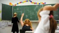 Dauerhaft oder befristet? Viele Lehrer sind in den Sommerferien arbeitslos.