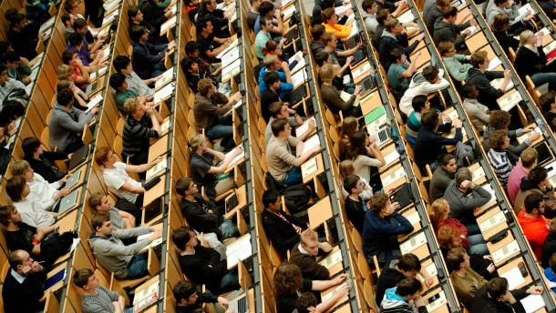 Akademisierung alarmiert Arbeitsmarktforscher