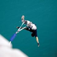 Sprung aus luftiger Höhe - hoffentlich gut abgesichert.