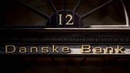 Ein goldener Danske-Bank-Schriftzug in Kopenhagen