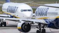 Zwei Ryanair-Flugzeuge stehen sich auf dem Flughafen Weeze am Niederrhein gegenüber.