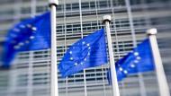 Fahnen wehen vor dem Gebäude der EU-Kommission in Brüssel.