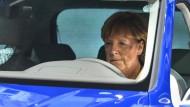 Welchen Plan hat die Kanzlerin? Hier auf der IAA sitzt sie in einem Hybridfahrzeug (Archivbild).