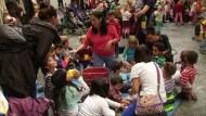 Eltern und Kinder besetzen Kölner Rathaus