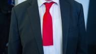 Schnipp, schnapp, Krawatte ab: Die hier im Bild gezeigte gehört übrigens wirklich einem Niedersachsen - dem dortigen Ministerpräsident Stephan Weil.