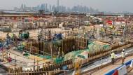 Großbaustellen am Golf: Qatar baut gerade die Fußballstadien für die WM im Jahr 2022.