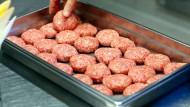 Schweinefleisch-Frikadellen müssen nicht verordnet werden, sagen Deutschlands Schweinezüchter.