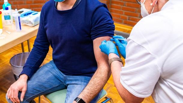 Datenschutz in Pandemie-Zeiten: Was darf der Chef über die Impfung wissen?